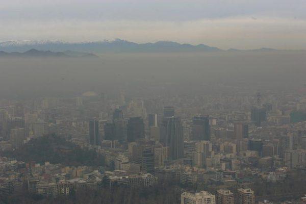 Contaminación en Santiago aumentó hasta un 50% durante primera quincena de agosto
